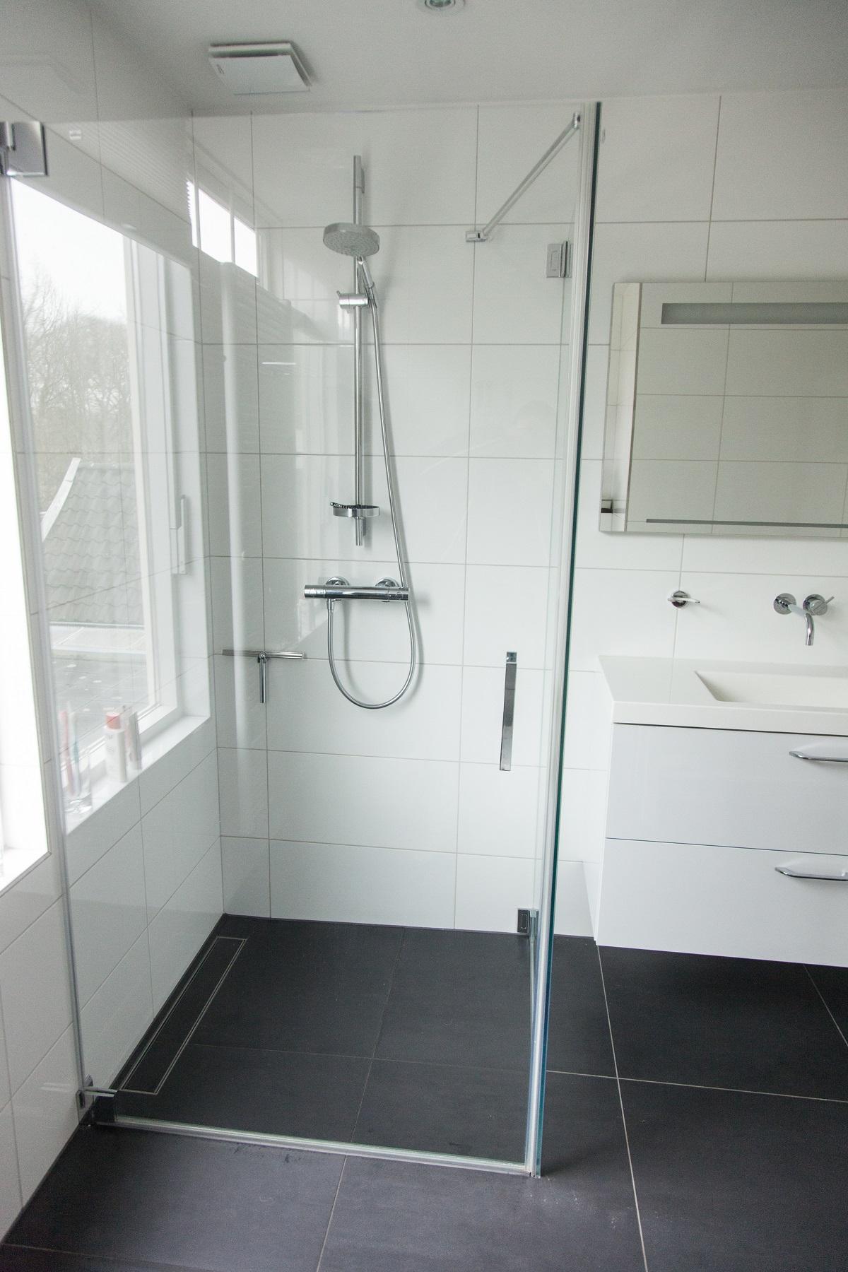 Badkamer voorzien van vloerverwarming en inloopdouche - Renomeer